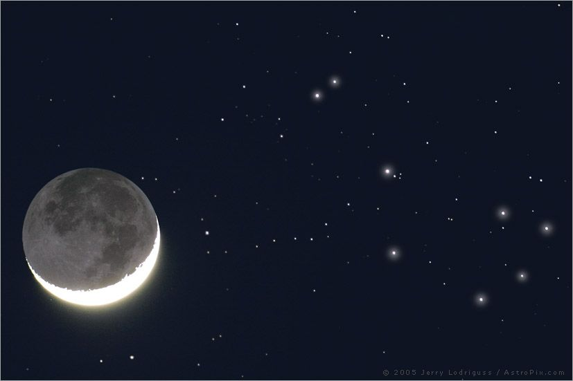A lua crescente com Earthshine passa perto aglomerado aberto M45, As Plêiades.
