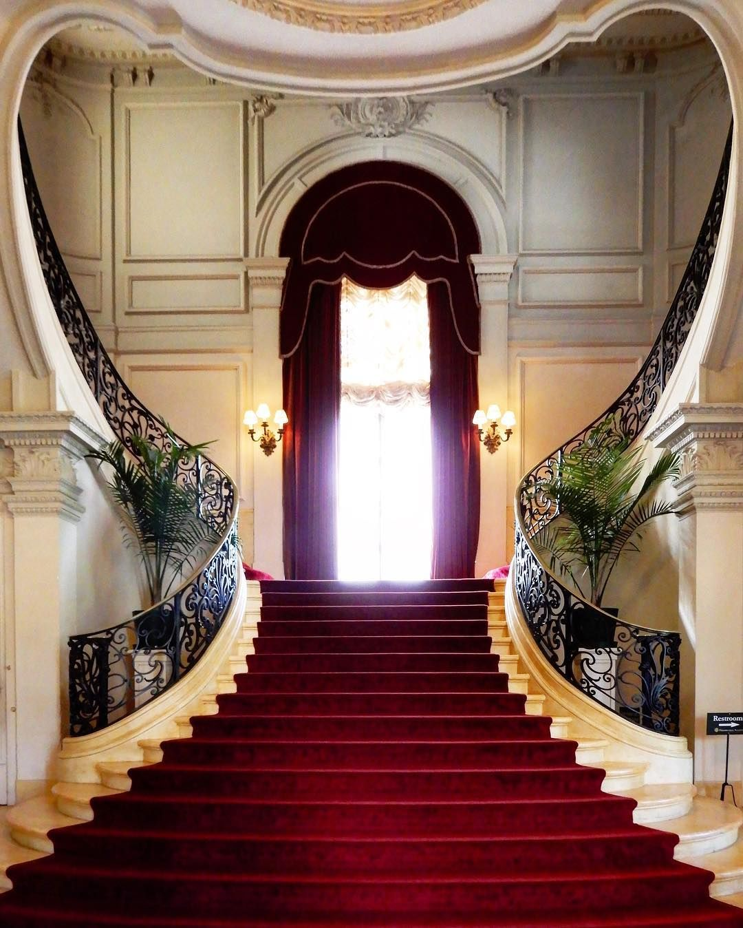 "James Hogarty on Instagram: ""#stanfordwhite #rosecliff #newportmansions #archilovers #valentinesday #bellevueavenuehistoricdistrict #heartshapedstaircase"""