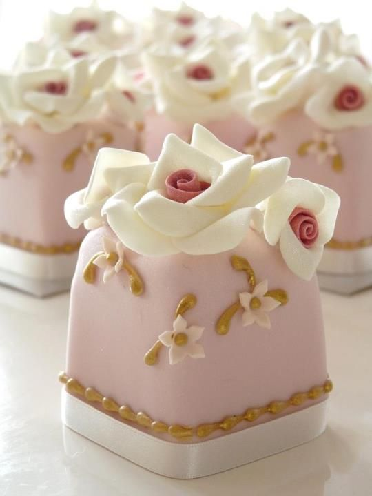 Pink Vintage Mini Cakes by Rachelle's Cakes.  These are adorable and go perfectly with the blush gold and cream color scheme we have planned! #CupcakeDreamWedding