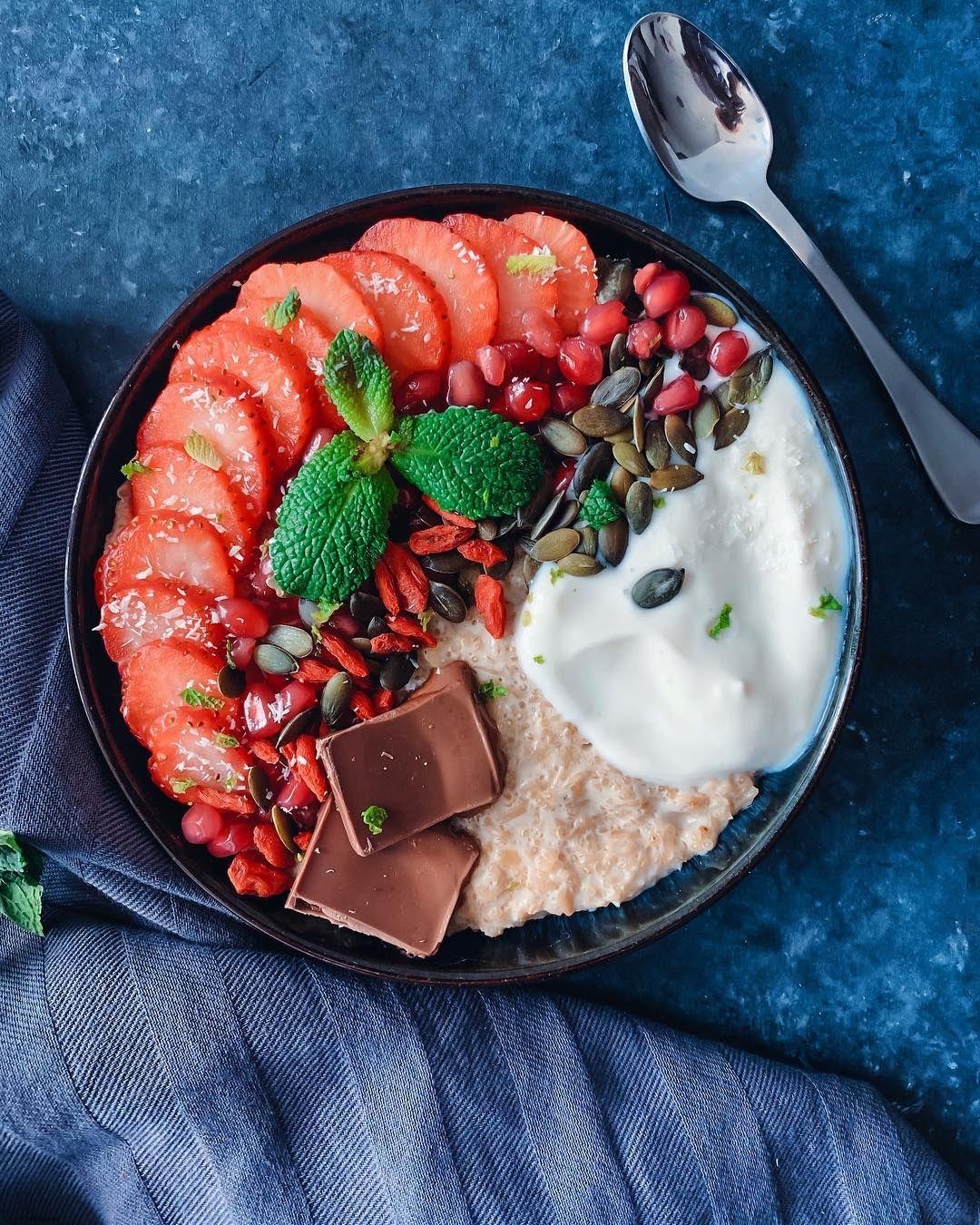 A little treat for Sunday – salted caramel oatmeal & quinoa porridge with 🍓, goji berries, pomegranate seeds, pumpkin seeds, yoghurt & 🍫. – Happy Sunday Lovelies #oatmeal #oatmealbowl #plantbasedbreakfast – Update: please watch...