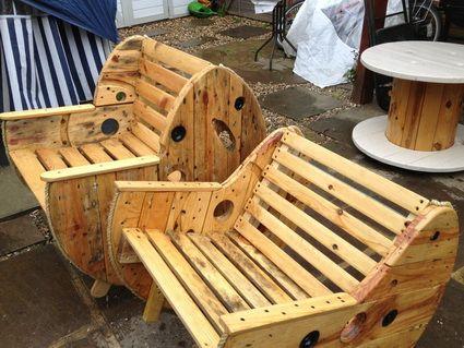 Cosas que puedes hacer con bobinas de cable recicladas for Sillones de madera reciclada