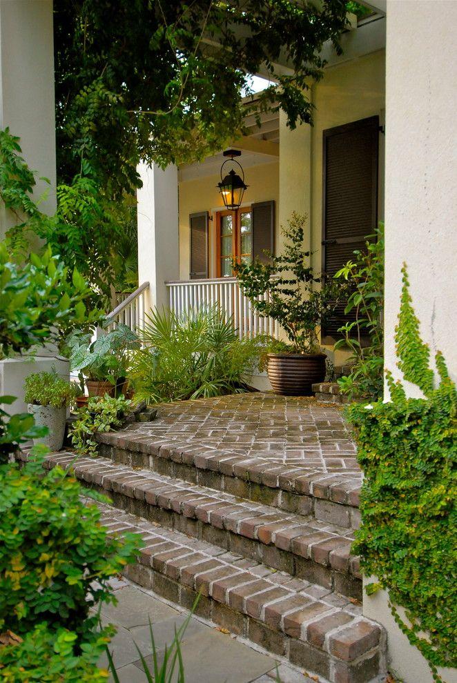 East Haven Tropical Landscape Charleston By Watermark Coastal Homes Llc Veranda Design Ziegel Stufen Hauswand