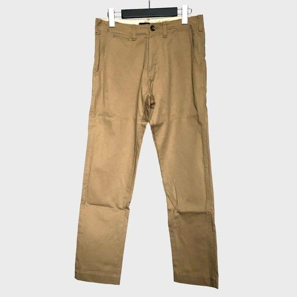 コットン100%のテーパードパンツです。キメ細かい綾目のある生地はわずかな光沢があり、キレイめな印象。腰裏とポケット袋布には生成りの綿スレキを使用、腰裏端に施されたグレーストライプのパイピングと合わせてワークテイストも感じさせる。前あきにはボタンとアンティークゴールドの金属ZIPを使用。ボタンホールは1針1針手縫いでかがられており、ナチュラルで繊細な手仕事を感じ取ることができる。カジュアルスタイルはもちろん、テーラードジャケットを合わせればトラッドなビジカジスタイルも構築出来る着まわしの利くアイテムです。-----------------------------ブランド:only my red looks vivid 作品番号:1506アイテム:メンズパンツカラー:ベージュ-----------------------------素材:表地 綿100%-----------------------------Sサイズ:ウエスト80cm股上25cm股下74cm裾幅18.2cmヒップ102cm渡り幅33cm-----------------------------