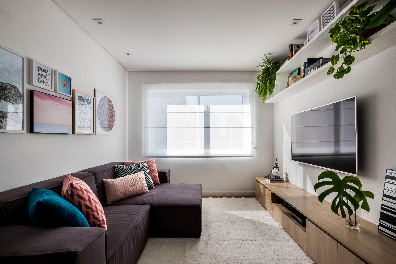 sofa cinza e almofadas coloridas metro sp estudio apto lacerda franco sala estar pequena