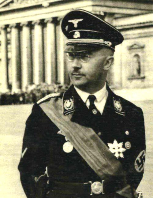Der Reichsfuhrer-ϟϟ Heinrich Himmler, Funny the ribbon tends to steal the uniform