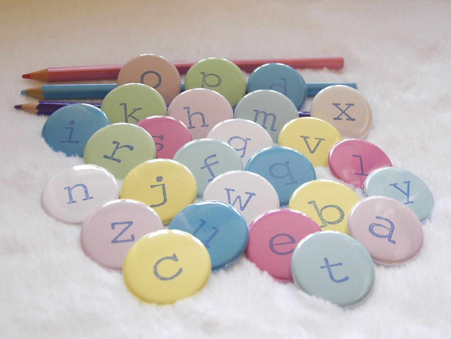 Lot alphabet de magnets 32mm sur fond couleur , en vente sur www.brodibroda.com