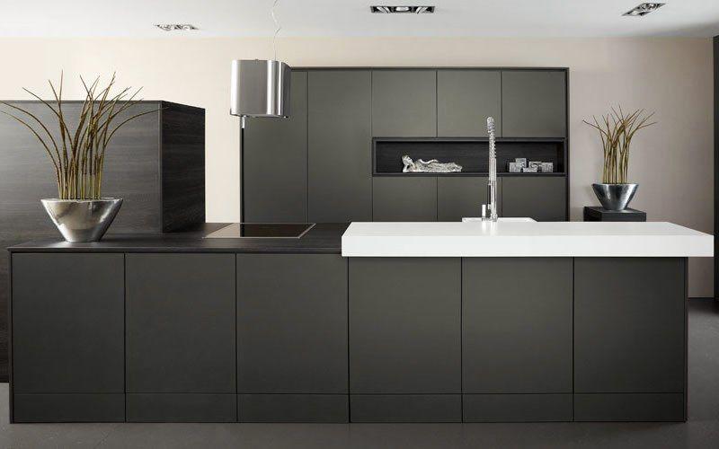 Bij Keukenstudio Maassluis adviseren wij u graag op het gebied van een moderne keuken. Strakke, vaak witte keuken met veel rechte lijnen ✔ Greeploos ✔ Strak ✔ Design ✔ Modern