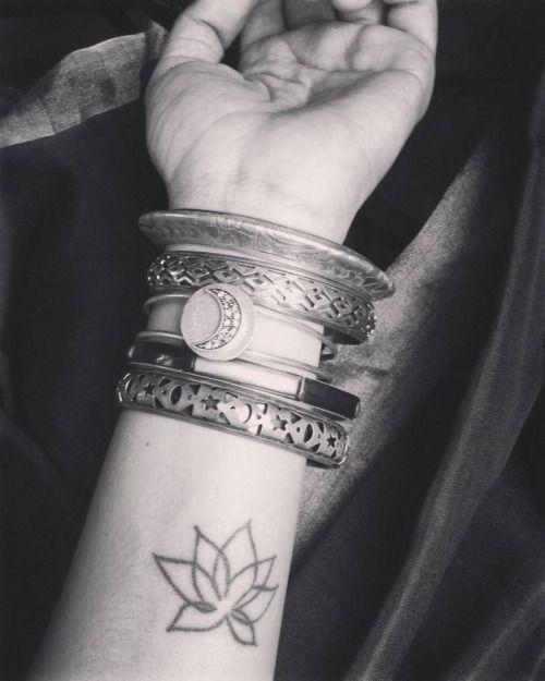 Tatuaje de una flor de loto en el interior del antebrazo...