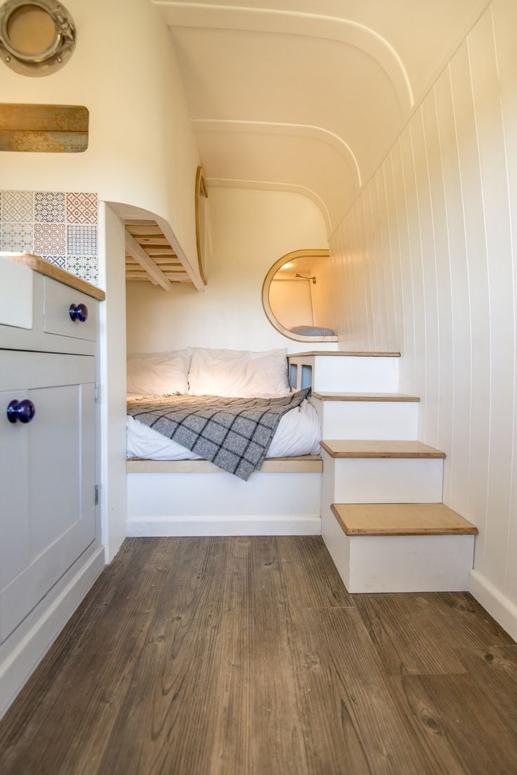 un homme transforme sa camionnette en magnifique mini maison 12 tiny pinterest caravane. Black Bedroom Furniture Sets. Home Design Ideas