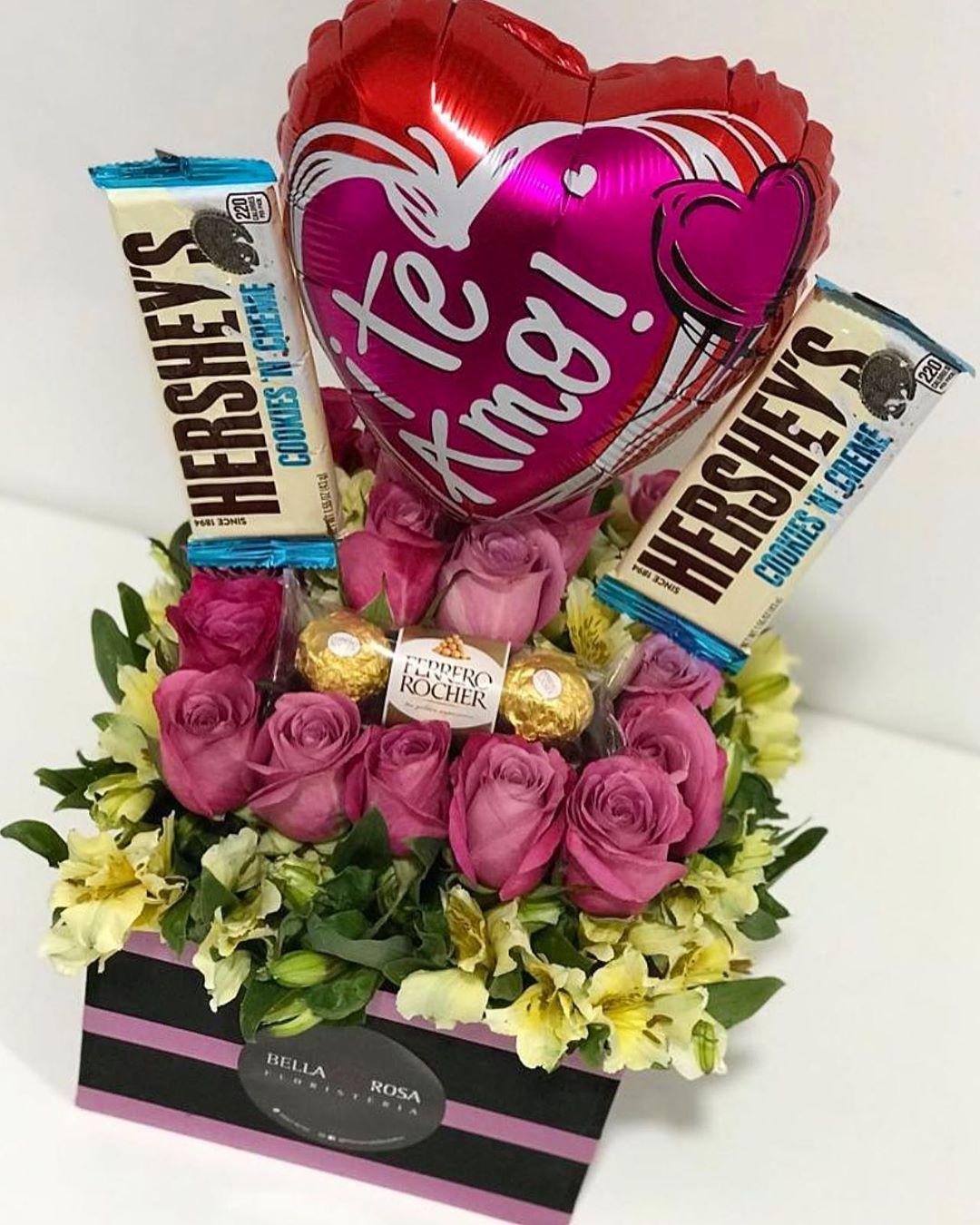 La sonrisa es mía, pero el motivo eres tú 💗💗💗 . .  Pedidos al WhatsApp al +51 986218750. 🚕🚕 Hacemos envíos en  Lima-Peru 🇵🇪 y Caracas -Venezuela 🇻🇪 . .  #floristeriabellarosaperu #floristeria #floresadomicilio #floristeriaenlima #happybirthday  #cumpleaños #rosas #roses #peluche #corazon  #regalo #gift  #globos #balloons #amor #love #cajaderosas #cajaderosa #venezolanosenlima