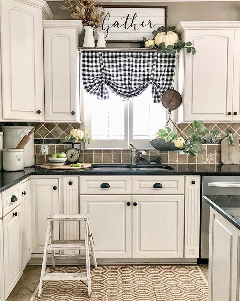 Kitchen Cabinet Christmas Decorating Ideas: 38 Comfy Farmhouse Kitchen Decor Ideas
