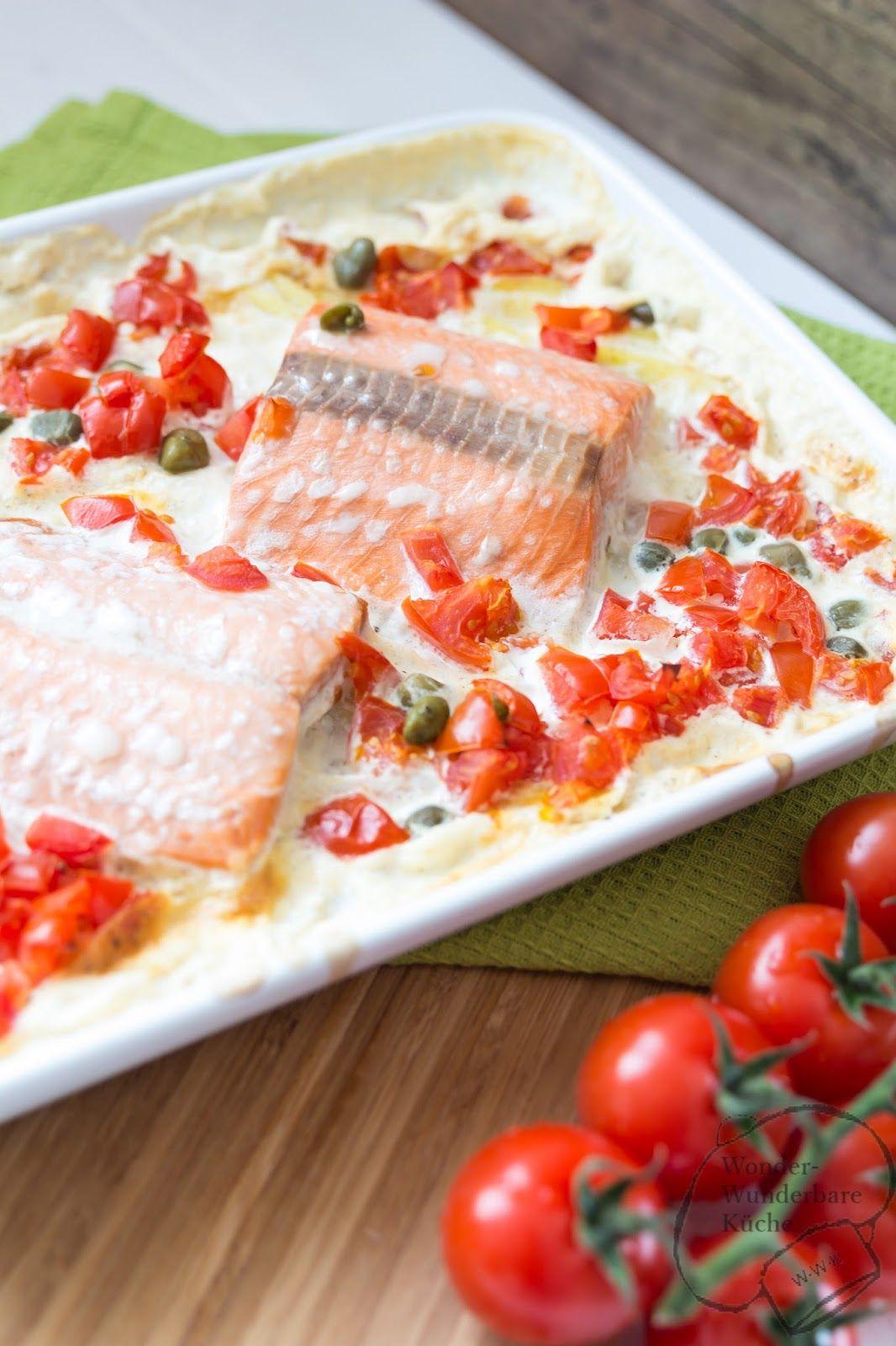 Lachs auf Kartoffelgratin. Rezept für den Backofen. Fisch. Mit Tomaten und Kapern. Backofenrezept.