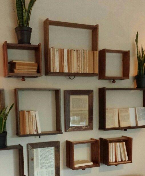 Do it your self....kastlaadjes aan de muur bevestigd gevuld met boeken zonder omslag.
