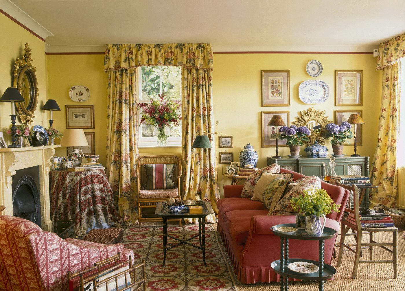 Country Traditional Living Room: .