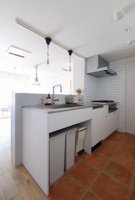 これそのままやりたいくらい理想のキッチン キッチン本体は空間社オリジナルキッチン 背面収納にはikeaのベースキャビネット コンロ前と背面収納の壁面 にはサブウェイタイルを採用 キッチンも白ベースにシンプルではあるがサブウェイタイルと 床のテラコッタ調タイ