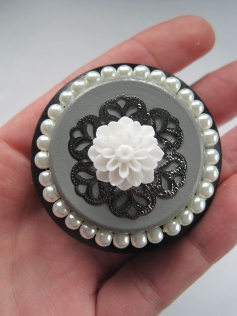 Shabby Chic dresser drawer knobs in Black and Grey with by DaRosa, $8.75......this would fit my room so well!