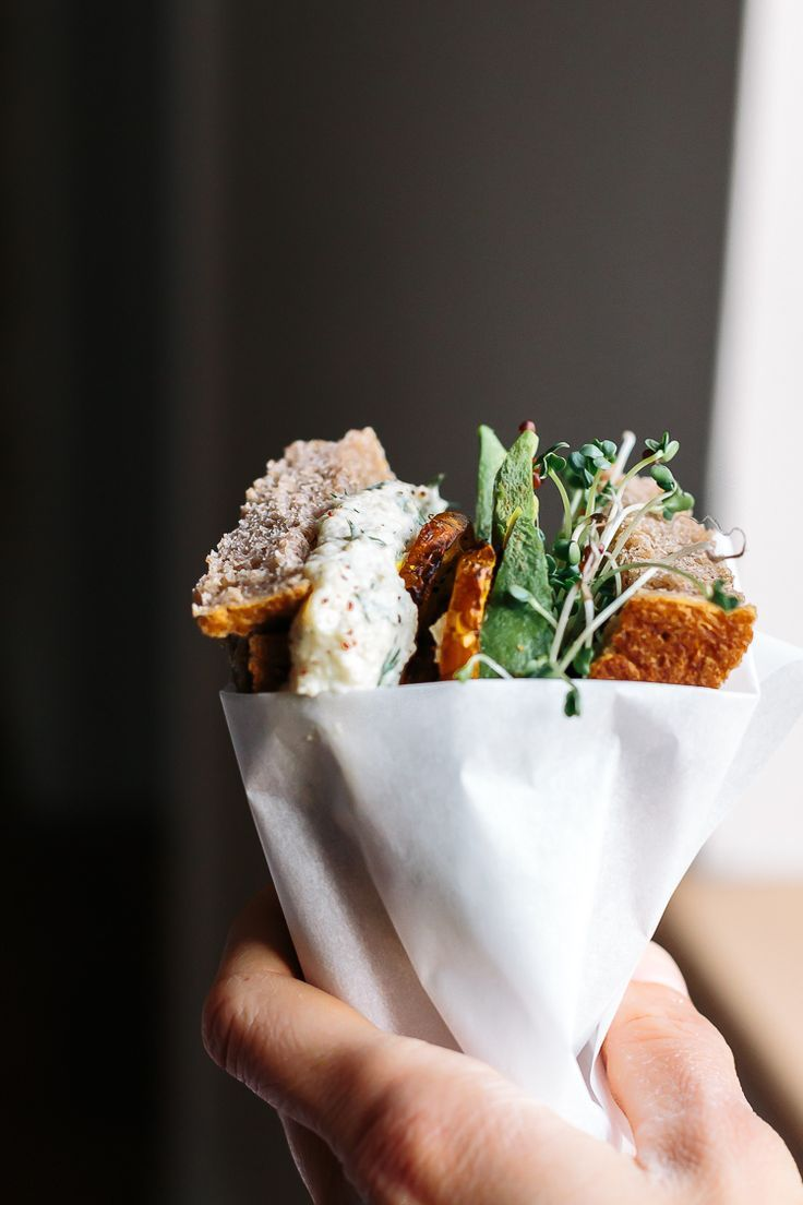 Der Veggie Sandwich | Sonnenblumen Tzatziki + Golden Rüben w / Sumac + Avocado + Sprouts | Faring Well | #vegan #Recipe