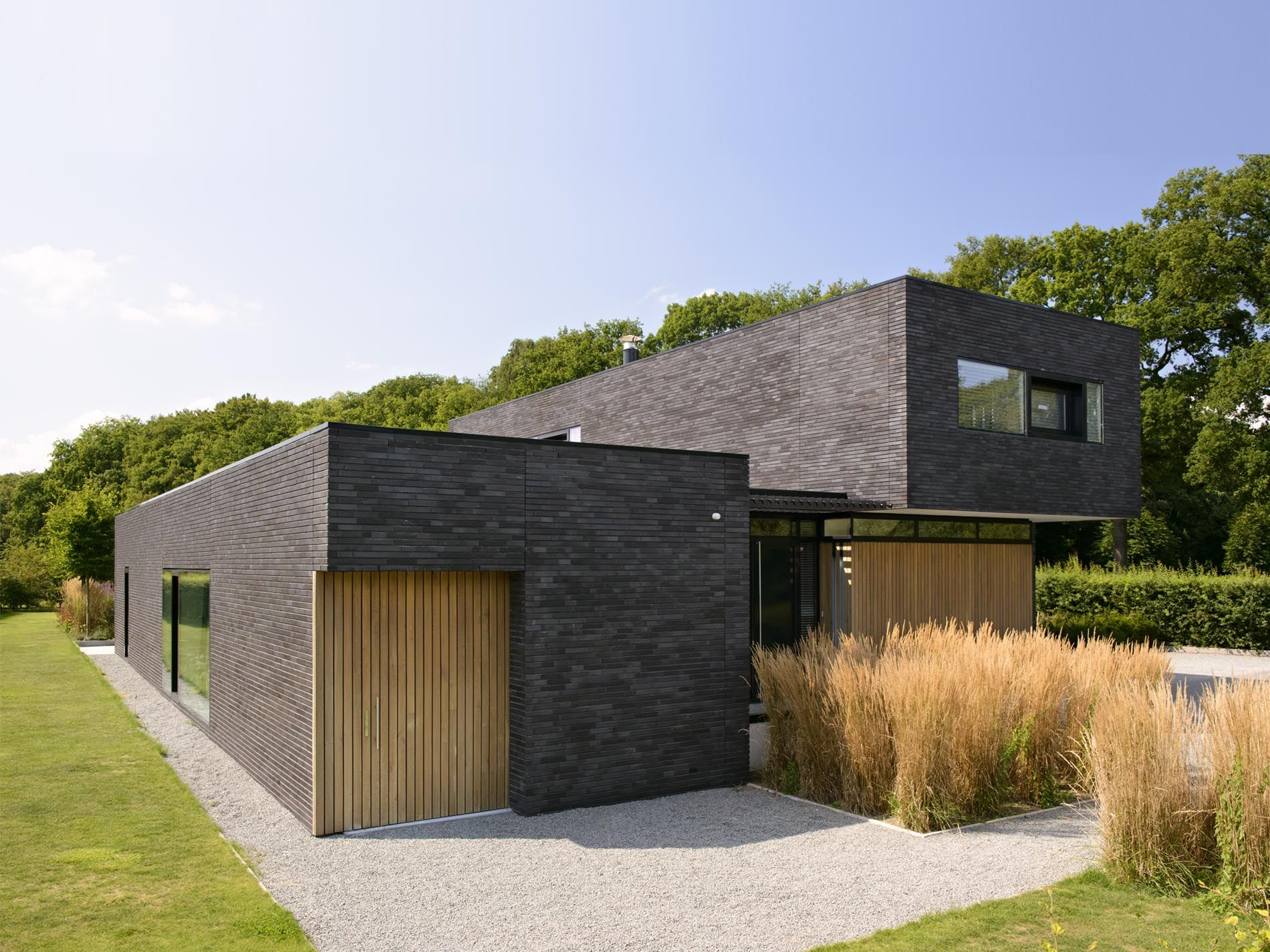 Donkere baksteen hout moderne architectuur maas for Kleine huizen bouwen