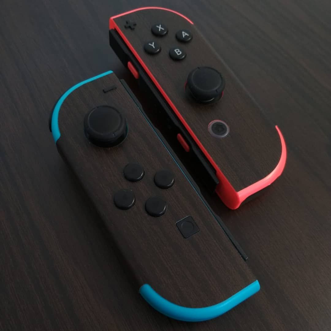 Joy Con Nintendo Switch Con Skin Liscia Effetto Legno Noce Nazionale Nintendoswitch Joy Nintendo Switch Games Nintendo Switch Nintendo Switch Accessories