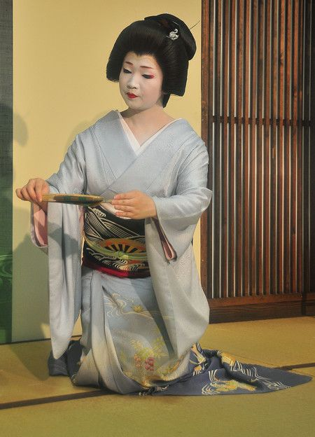 A blog about the maiko and geiko of Kamishichiken - Geiko Naokazu dancing at an ozashiki (source).
