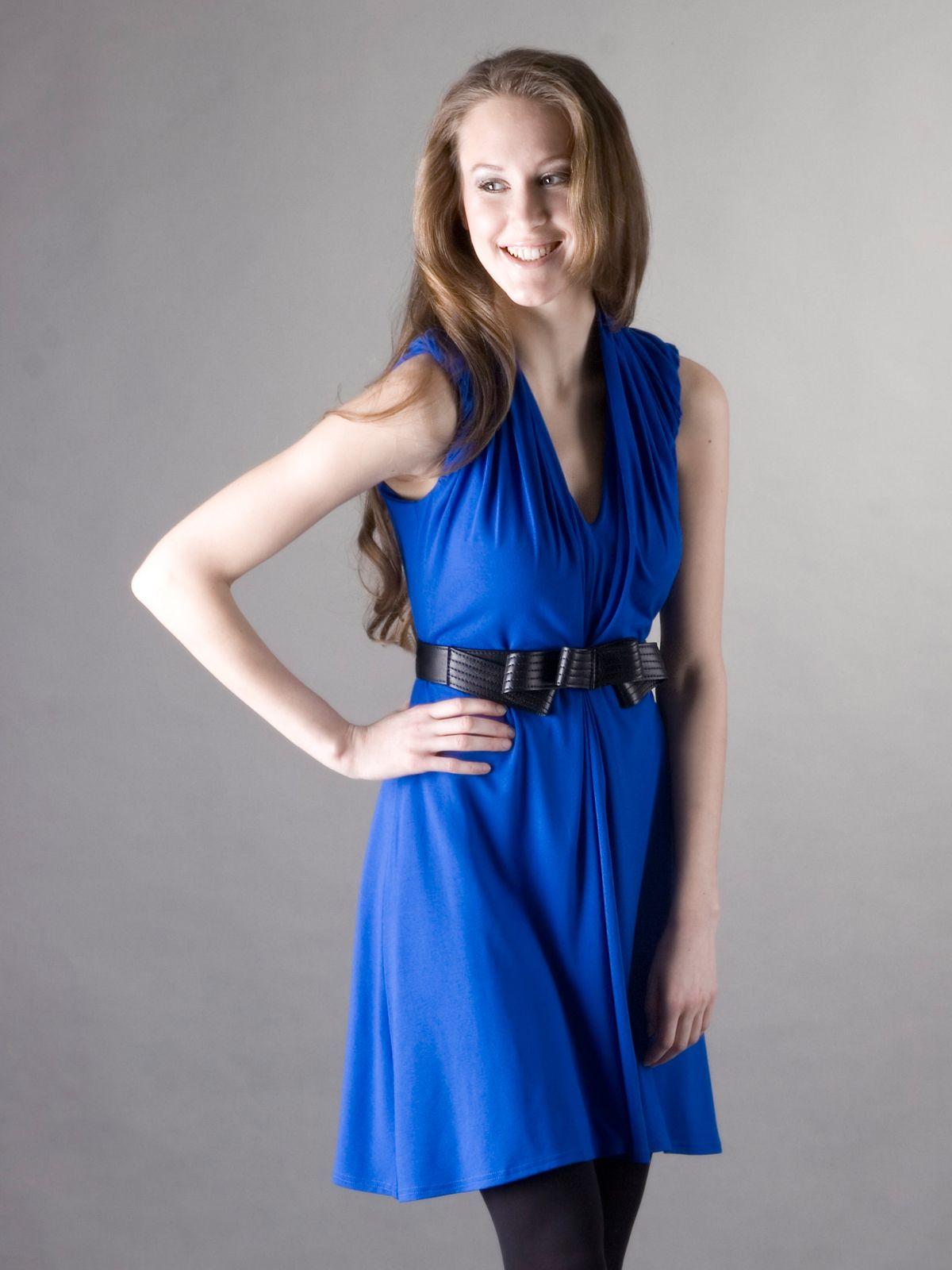 53940526b52d Modré šaty s řasením za krk V modrých šatech promyšleného střihu budete  vypadat žensky a elegantně. Splývavé šaty zdobené geometrickým řasením za  krkem a v ...