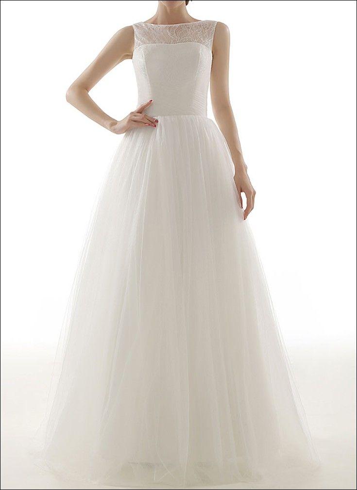 Schlichtes Brautkleid aus Spitze mit bedeckten Schultern. Am Rücken ...