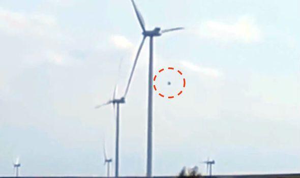 + - Investigadores de OVNIs estão convencidos que encontraram evidência convincente de uma visita do espaço, quando um estranho OVNI foi filmado parando turbinas eólicas, à medida que voava contra o vento. Na filmagem, registrada numa área remota de Madjdanek, Lublin, Polônia, no mês passado, um estranho objeto esférico voa vagarosamente em direção à uma …