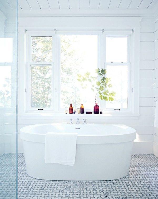 Aktuelle Trends Baddesign 2017 Freistehende Badewanne Ansprechend Designtes  Badezimmer Weiß Grau Duftölflaschen Freistehende Badewanne, Dekoration
