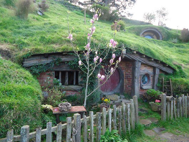 Sams Hobbit Hole With Rosie Hobbiton Set Matamata New Zealand By Justnai90 On Flickr Hobbit House The Hobbit Green Roof Garden