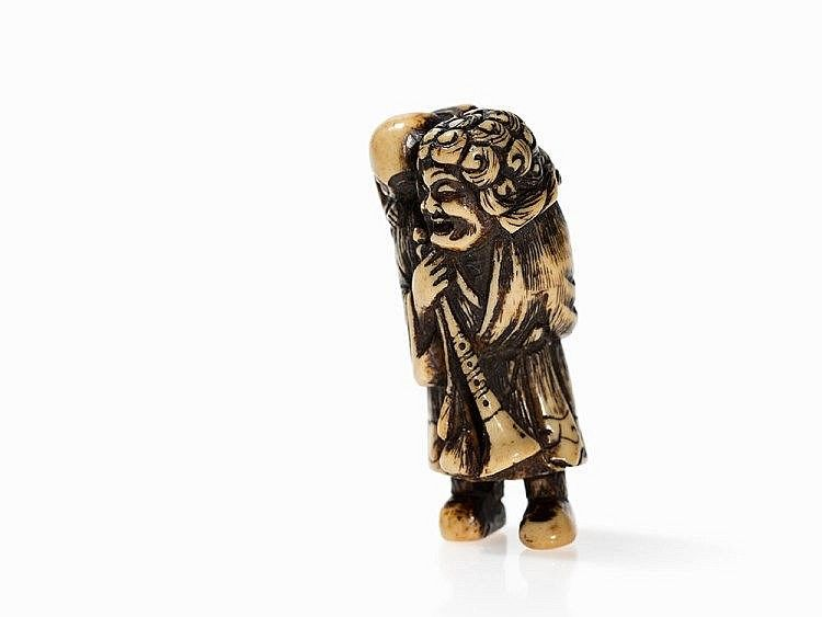 Staghorn Netsuke of a Dutchman with Child on back Description: Staghorn Japan, 18th century Detailed elaborated faces Long garments with orante hems Himotoshi on the back Beautiful amber colored patina Height: 5.5 cm