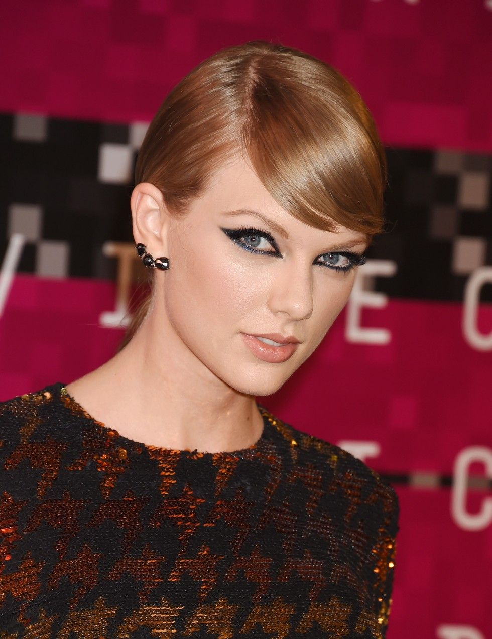 Taylor Swift S Side Swept Bangs Paired With The Winged Eyeliner