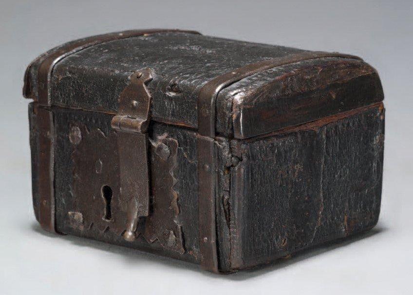 PETIT COFFRET CUIR Cuir sur âme de bois H 6,6 cm - l 10 cm - P 8 - peinture en bombe pour bois
