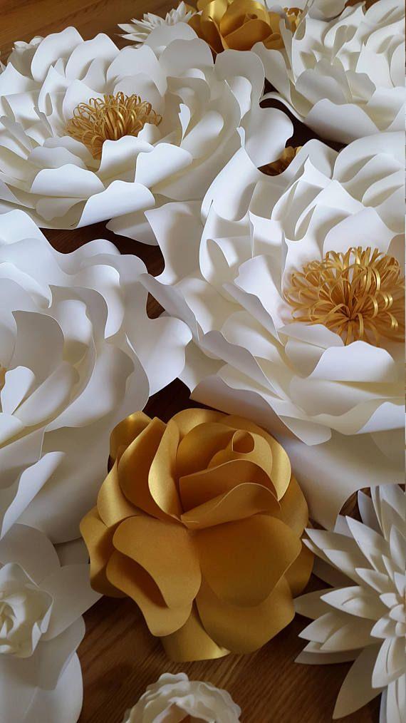 Este listado está para 32 flores en blanco y oro.  4 grandes - 16  17 pequeña - 6 a 10  10 extra pequeño - 4   Enviar una solicitud de orden de encargo con preferencia de color y la fecha de su evento.  Cada flor está diseñado individualmente a mano o con la ayuda de un cortador. Cada flor puede variar ligeramente en diseño ya que es por encargo. Flores de papel también se pueden personalizar con logotipos de empresas, nombres, fechas etcetera. Flores vienen completamente ensamblado y uno al…