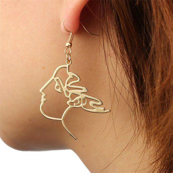 Photo of JEANNE D'ARC | Goldfarbene Ohrringe Ohrringe mit Frauenprofil Gesicht Goldene Ohrringe Ohrstecker mit weiblichen Gesichtsprofil Haar Wind