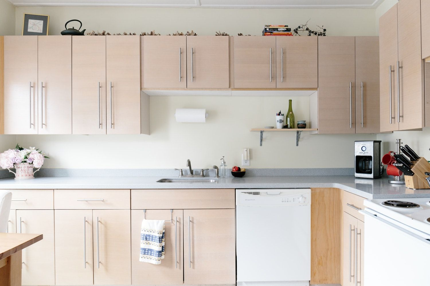 Best Way To Clean Kitchen Cabinets The Best Ways To Get Sticky Cooking Grease Off Cupboards