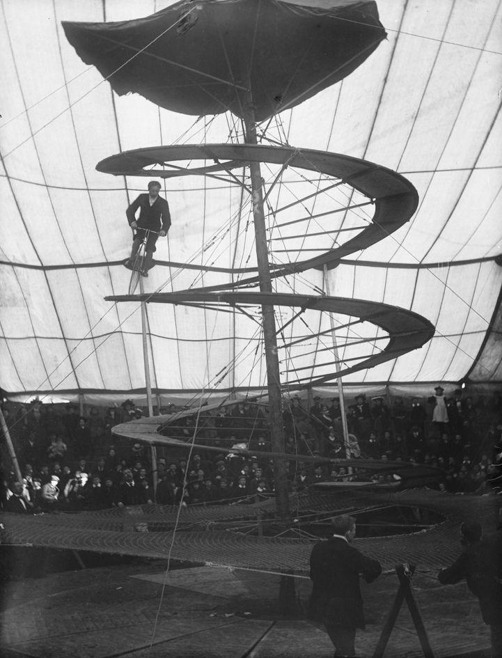 Spiral - El Spiral era una construcción ambulante que se incluía dentro del Circo Lloyd's más conocido como Circo Mejicano, que hacía giras por Reino Unido e Irlanda. Se trata de una rampa espiral por la que circulaba un equilibrista en un monociclo. Construida en madera, la rampa se fijaba mediante cables a un poste central, constituyéndose como un paragüas desplegado y desmontado. La atracción se utilizó en torno al año 1900.
