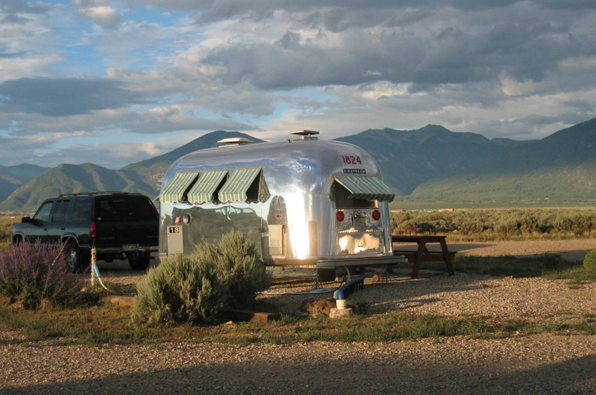 Rob Shari Davis Of Denver Bought Maxwell A 1964 Airstream Globetrotter And Poured A Lot Of Love Into His Renovat Airstream Amazing Stories Window Coverings