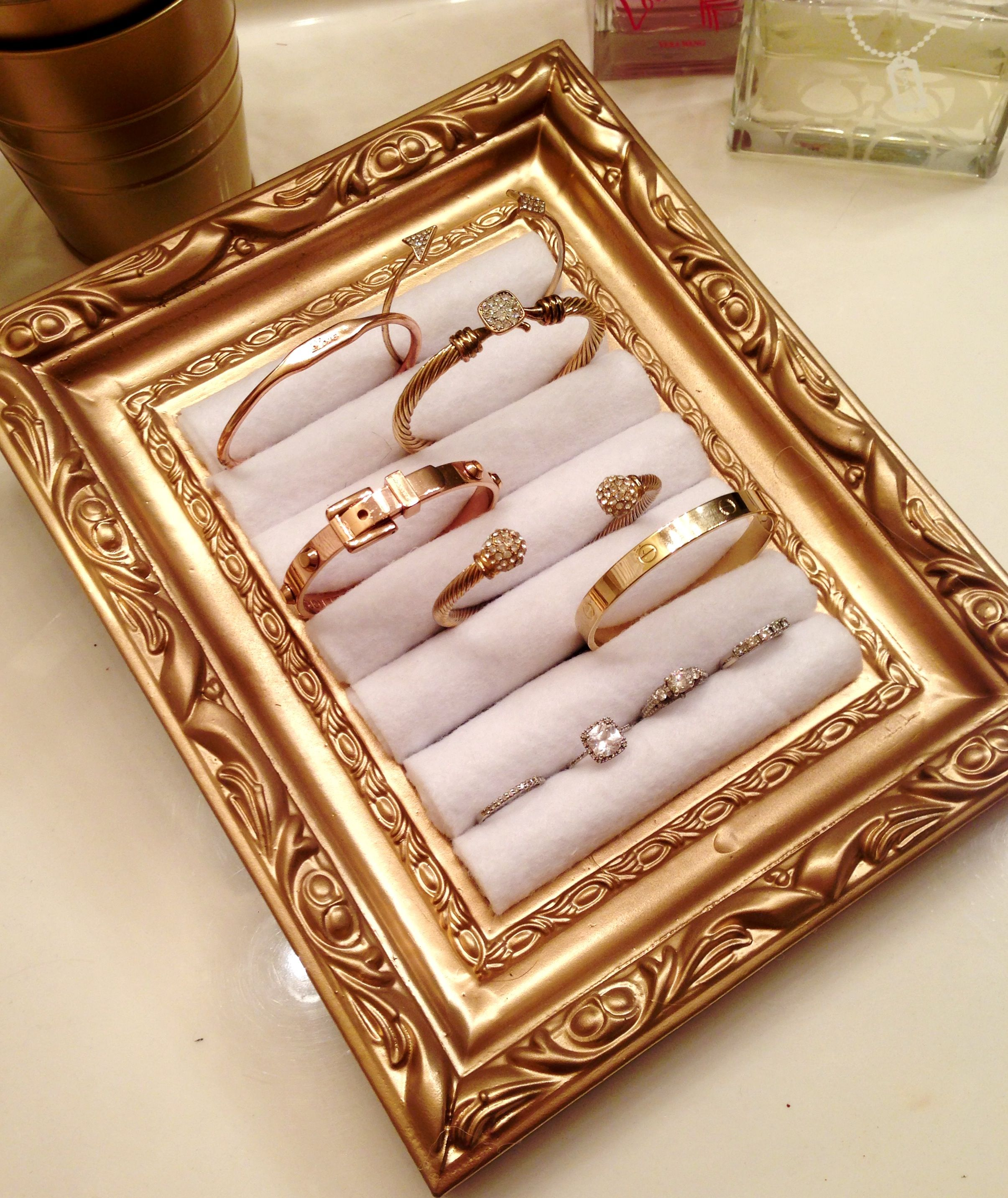 DIY Jewelry holder using a picture frame and rolled felt! Perfect ...