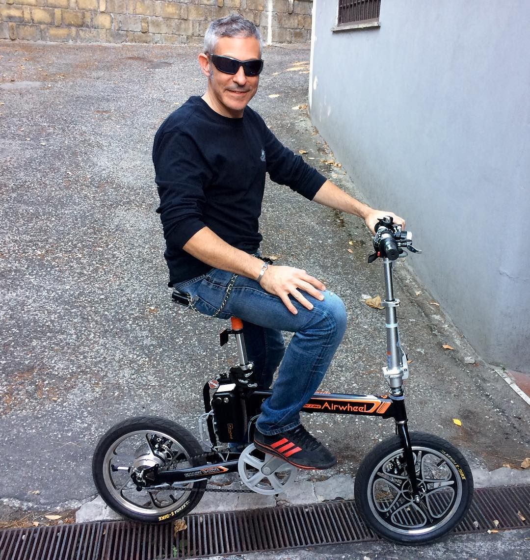 Fashionable Bodybuilding Style in 2017 Summer: Riding Airwheel R5 ...
