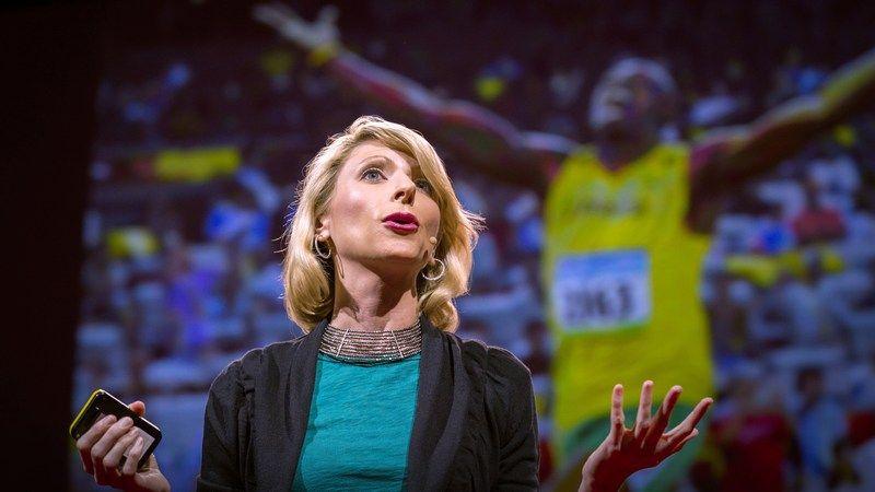 """Kropssprog påvirker, hvordan andre ser os, men det kan også ændre, hvordan vi ser os selv. Social psykolog Amy Cuddy viser, hvordan """"styrkeposering"""" - at stå i en tilstand af styrke, selv når vi ikke føler os selvsikre - kan påvirke testosteron og cortisol-niveauet i hjernen, og måske endda have en indvirkning på vores chancer for succes ."""