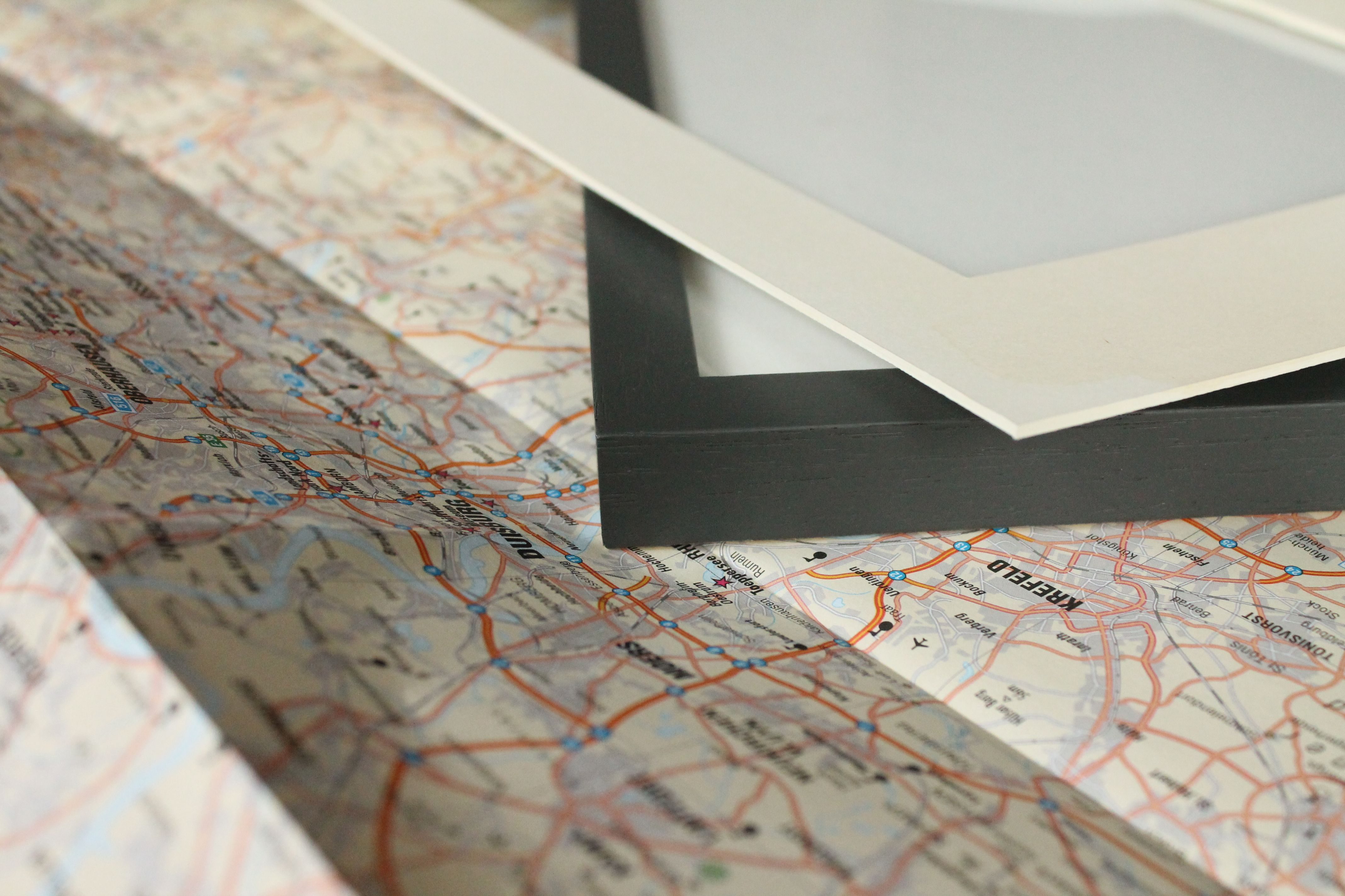 Upcycling: Decorating frame with old map