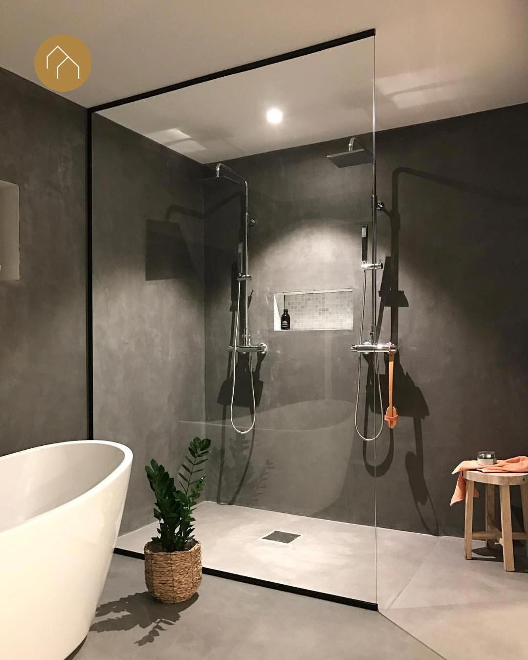 Prachtige moderne badkamer inspiratie in betonlook en met dubbele regendouche en vrijstaand bad #badkamerinspiratie