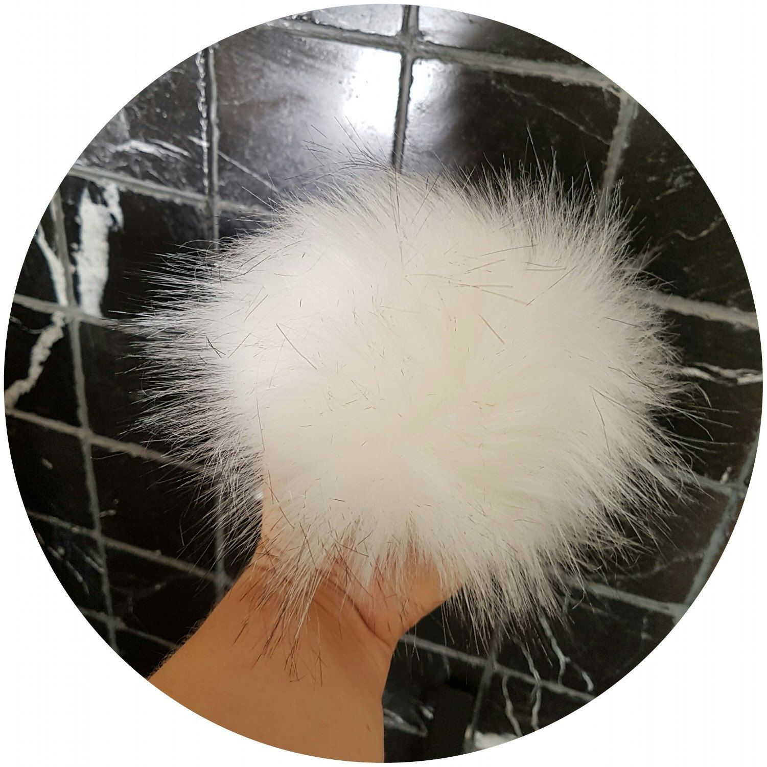 Look at this gorgeous fake fur pom pom! Oh so fluffy😊