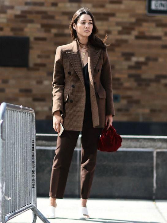 00d24d8eb2b81 Les femmes de carrière de la mode revisitent le tailleur classique lors de  la Fashion Week new-yorkaise.