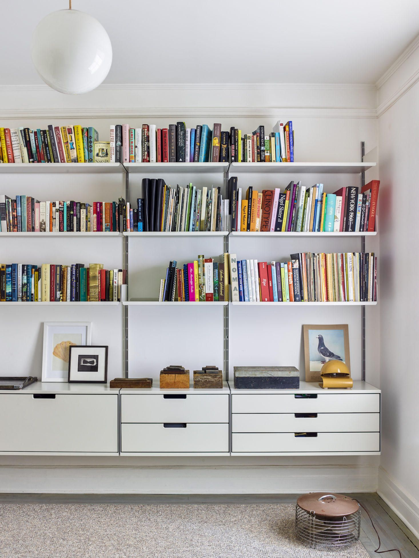 Vitsoe Shelving Unit With Bookshelves Organizedhome Vitsoe Bookshelves Organization Storage Organizationidea Apartment Storage Modular Shelving Shelving