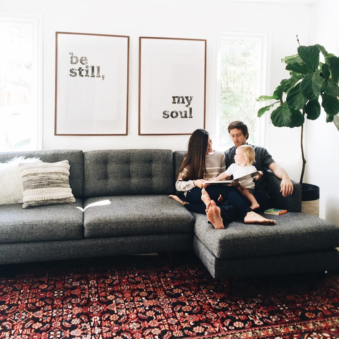 Grauer Schnitt Dunkelgraue Couch Wohnzimmer Mit Teppich Couch Dunkelgraue Grauer Mit In 2020 Dark Grey Couch Living Room Living Room Grey Grey Couch Living Room