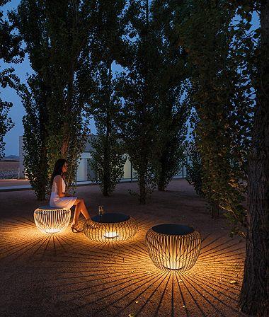 Muito Legal A Ideia Da Lampada No Tom Mais Quente Dentro Dos Bancos Que Tem Um Design Per Outdoor Lighting Design Landscape Lighting Design Landscape Lighting