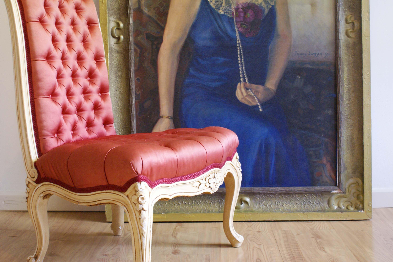 #Romantische #vintage #fauteuil. Fraai wit gelakt houtsnijwerk en prachtige #roze bekleding maken dit leuke barokke stoeltje uniek en een blikvanger in ieder interieur .