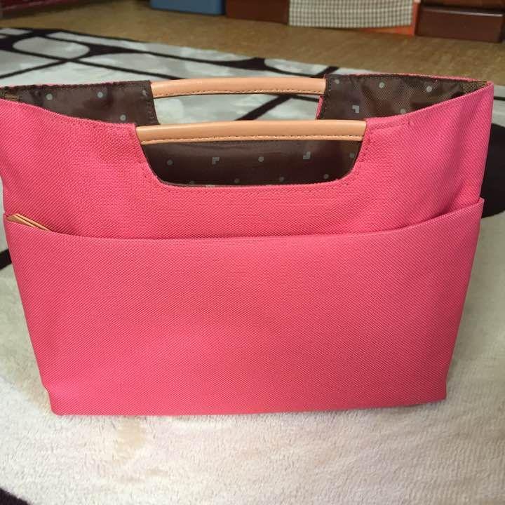 バッグの中の整理に便利です。色もピンクで、収納スペースも結構あります。 (サイズ) 縦18センチ、横26.5センチ、マチ5.5センチ  生地もしっかりしてて丈夫にできてます。新しいのを買ったので出品します。使用感はありますが、まだまだ使えます。新品ではありませんので、ご理解頂ける方よろしくお願い致します。