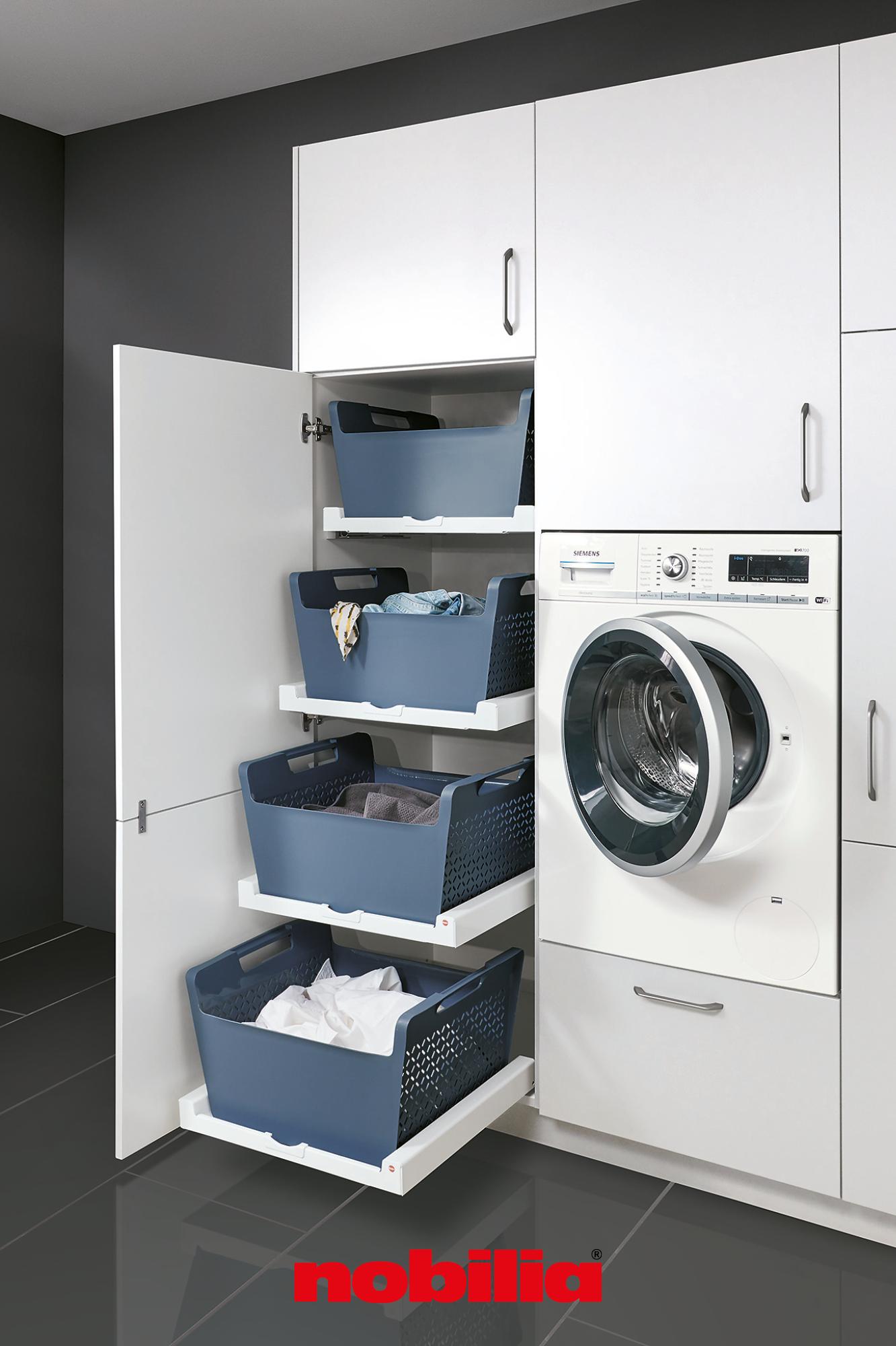 Hochschränke von nobilia zeigen, wie flexibel Sie Stauraum nutzen können. Denn egal ob alleinwohnend oder Großfamilie, früher oder später sammeln sich Wäscheberge an. Mit dem praktischen Wäschekorb-Tablar Laundry Area ordnen Sie Ihre genutzte Kleidung für unterschiedliche Waschvorgänge und lagern Sie solange platzsparend im Schrank. #nobilia #wäscheschrank #stauraum